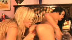Innocent Allie Ray gets taught the ways of pussylicking by Amber Lynn